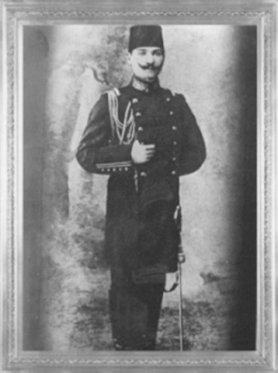 Mustafa Kemal, 1905'te Erkân-ı Harp Mektebi'ni bitirerek Erkân-ı Harp Yüzbaşısı (Kurmay Yüzbaşı) olmuştur. (1905)