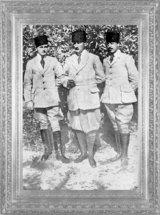 Mustafa Kemal, askerlikten istifa ettiği gün, yaverleri Muzaffer Kılıç ve Cevat Abbas Gürer ile (1919)