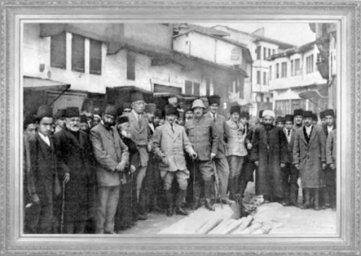 Mustafa Kemal'in, İstanbul Hükümeti'nin temsilcisi Bahriye Nazırı Salih Hulusi Paşa ile görüşmek üzere Amasya'ya giderken Tokat'ta karşılanışı (1919)