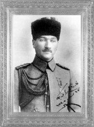 Mustafa Kemal'in, Samsun'a hareket etmeden bir süre önceki fotoğrafı (Bu fotoğrafı, 'Kardeşim Rauf Bey'e' sözleri ve 17 Nisan 1335 (1919) tarihi ile arkadaşı Rauf Bey'e hediye etmişti)
