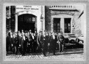 Mustafa Kemal, Meclis üyeleri ile, Cumhuriyet bayramı kutlamaları için Meclis'ten çıkıyor (1929)