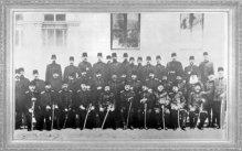 Mustafa Kemal (orta sırada, sağdan yedinci), Hareket Ordusu Subayları ile beraber (Selanik, 1909)